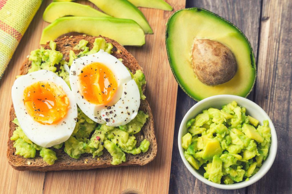 avocado e uova proteine e energia a colazione